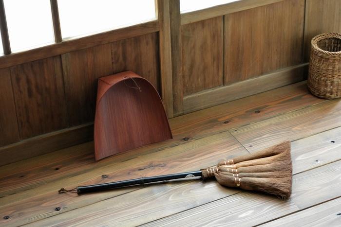こちらは5玉。柄も短く軽いので、玄関先や机の下、家具の隙間などの狭いところや階段掃除にも活躍します。