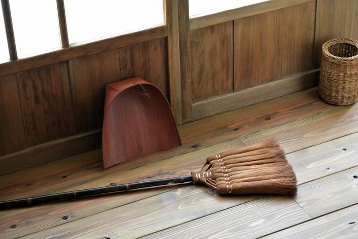 穂先幅が約30cmの9玉サイズなら、家中の床を掃くのに便利。柄も約120cmあり、立ったまま掃ける長さなので、腰への負担が少なく済みます。