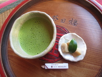 おすすめは、福田茶屋オリジナルのきびだんごが付いたお抹茶のセット。ほろ苦いお抹茶に、優しい甘さのきびだんごが良く合います。