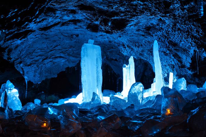 気温が低い洞窟の中は水滴が凍って長い時をかけてできた氷柱が。ライトアップされてとても綺麗です。