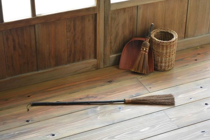 箒と同じ棕櫚で作られたはたき。程よくしなるので、届きにくい天井照明の笠や時計など、埃が溜まりやすく、掃除がしにくい高所のお掃除にぴったりです。棕櫚の繊維には油分が含まれているため、埃が舞い上がりにくいのが特徴です。