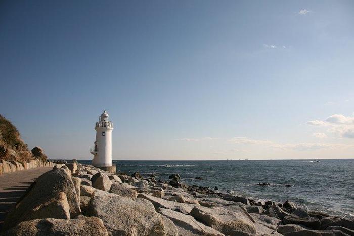 恋路ヶ浜がある渥美半島先端にある岬に立つ白亜の灯台、伊良湖岬灯台です。太平洋と三河湾を望む、昭和4年に建てられたこの灯台は、日本の灯台50選にも選ばれています。