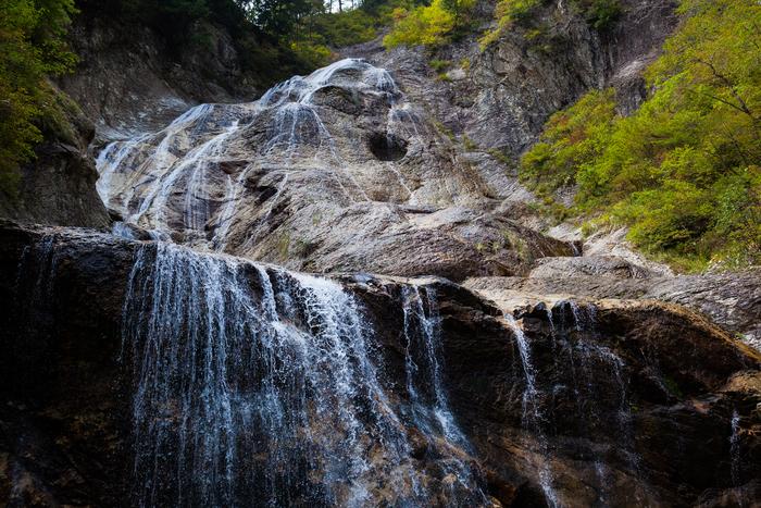 石川県白山市にある姥が滝。落差76m、幅100mの滝で山の中腹より岩壁を数百条の細かい流れですべるように落ちる様子が老婆の髪のように見えることから名付けられました。