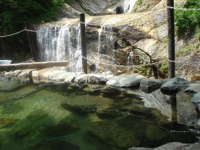 滝を見ながら入れる露天風呂。丸見えなので入っている人は少ないようですが・・・。座って滝を見ながらの足湯もありますよ。