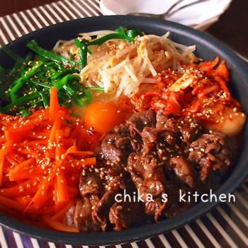 食欲が失せる厚い夏は、ちょい辛の韓国料理が美味しいですよね。安定の焼き肉のたれの味付けで、おこげもできて本格的なビビンバの出来上がりです。