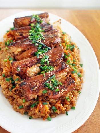 スペアリブ…と聞いたら、なかなか家庭料理では手を出しにくい食材だと思いがちですが、こちらは炊飯器で本当に簡単にこんな華やかなおもてなし料理が完成します。あらかじめ焼き目を付けたスペアリブとキムチを炊飯器に入れてスイッチオン!ゲストもきっと喜んでくれますよ。