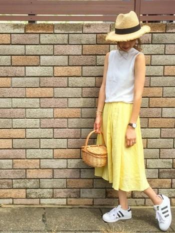 脚の太さや長さが気になるなら、スカートは長めにするのが正解です。流行のミモレ丈~ロング丈のスカートを合わせれば、ヒール無しでもスタイルに自信が持てます。