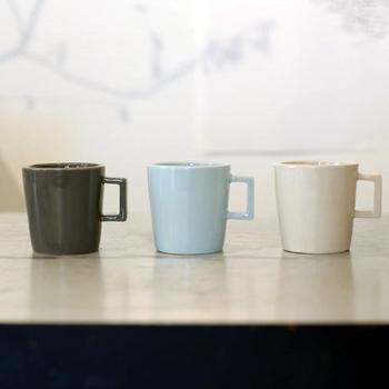 """こちらはコーヒーカップ。小ぶりなサイズ感で女性の手でもしっくりと馴染みます。シリーズ名は日本語で訳すと""""太った瀬戸物""""。その名の通り、一般的なカップよりも分厚く、ずんぐりとした印象が個性的です。フェアトレード商品としてタイで作られていることもあり、現地のクラフトマンにとって作りやすい形を、デザインやコンセプトに落とし込んでいます。"""