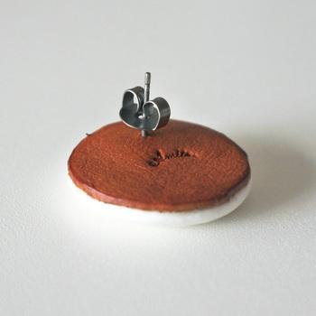 パールアイテムだけでなく、磁器のパーツを使ったものも。こちらは奈良在住の陶芸家・比留間郁美さんが作陶したものと、本革のブローチパーツを貼り合わせて製作されたピアス