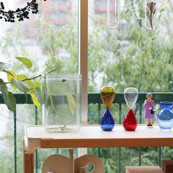 モダンなカラーリングが目を引くオブジェは、実は「砂時計」。実験用のガラス製品を中心としたアイテムを、昔ながらの宙吹き製法で作っているドイツのVogel(フォーゲル)によるものです。吹きガラス独特のあたたかみや、大胆な配色が魅力的。ギフトとしても喜ばれそうなアイテムです。