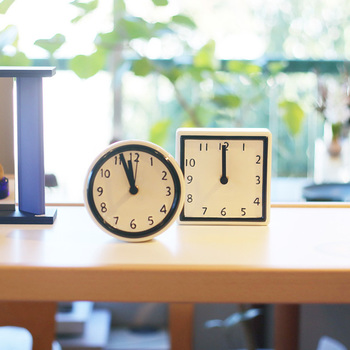 こちらもギフトにイチオシのアイテム。なんとも珍しい、陶器製の時計です。愛知県瀬戸市の職人によって作られているそうで、文字盤はひとつひとつ手塗りで絵付けされています。手作業ならではの温もりが感じられる、シンプルながら味わい深い時計ですね。