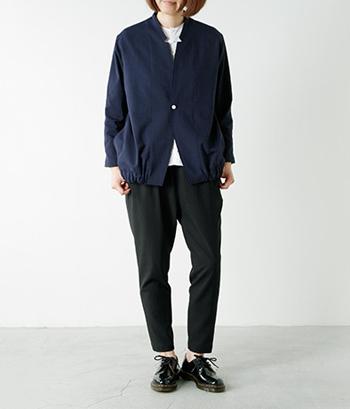 ノーカラージャケットにさり気ない細工が施された遊び心ある1枚。インナーとの重ね業で活きる襟元のエッジが個性的です。