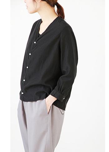 カーディガンのようなデザインでさっと羽織れるカルゼ織のシャツ。ゆったりとしたシルエットとコンパクトなサイズ感は着る人を選びません!