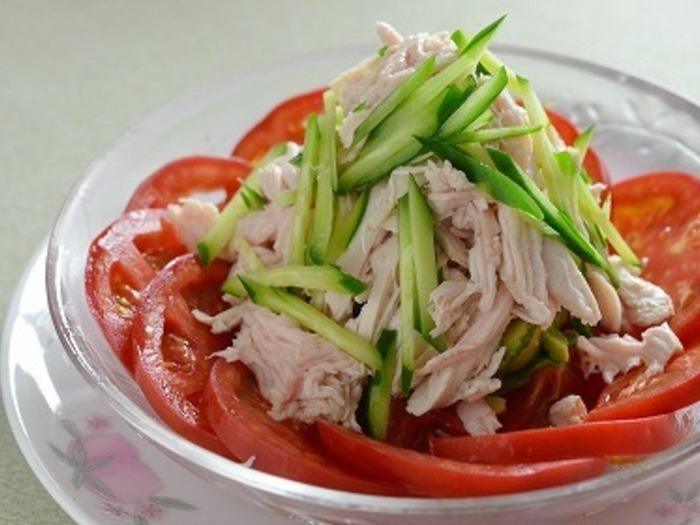 沸騰したお湯に鶏胸肉を入れたらすぐに火を止めるのがポイント!火が通りすぎないので、柔らかくおいしく仕上がります。