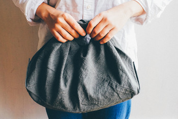 キャンバス地やコットン地のバッグもいいけれど、リネンのバッグもとってもかわいいんです♪ 使うほどにくったり馴染んで、味が出てくるリネン。どこか大人っぽい雰囲気も与えてくれますよ。  松野屋のふろしきバッグは、端の部分をきゅっと結んで持ち手にします。デイリーに持ち歩くだけでなく、かごバッグのインナーバッグとしても活躍してくれます。