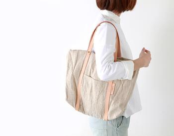 リネンとヌメ革の風合いが合わさり、涼やかな上品さがありますね◎ リネンのバッグはカジュアルにもきれいめスタイルにも合わせることができるので、とても重宝します。  こちらはシンプルで使いやすい形で、入れ口部分を中に折り込むと縦長のシルエットに変わります。