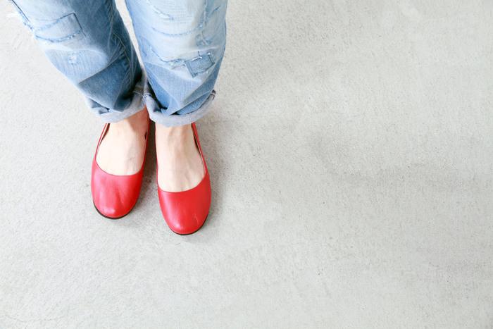 """fs/ny(エフエススラッシュエヌワイ)は、ニューヨークにバレリーナ専門店として1980年に誕生したブランドです。 数あるシューズの中でも世界のファッショニスタに愛されている""""sloop-nappa""""は、柔らかなスムースレザーが心地よい一足。締め付け感がなく、足に優しくフィットします。"""