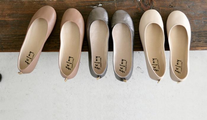 """fs/nyの""""nappa""""は、足を美しく華奢に見せてくれる甲浅のデザインと、やわらかで優しい色合いが魅力。 シンプルなデザインながらもディテールにこだわり、柔らかくくったりとした厳選レザーを使用。馴染みのよいソフトな履き心地はフィット感に優れ、軽い着用感で多くの方に支持されています。"""