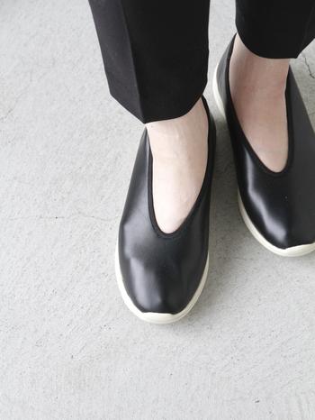 """北欧を中心とした世界の雑貨やファッショングッズを扱うセレクトショップ「QUICO(キコ)」のオリジナルシューズ。 中国の伝統的な靴、カンフーシューズをデザインベースとした、その名も""""カンフーシューズ""""は、履いていることを忘れるほどの軽さが魅力。"""