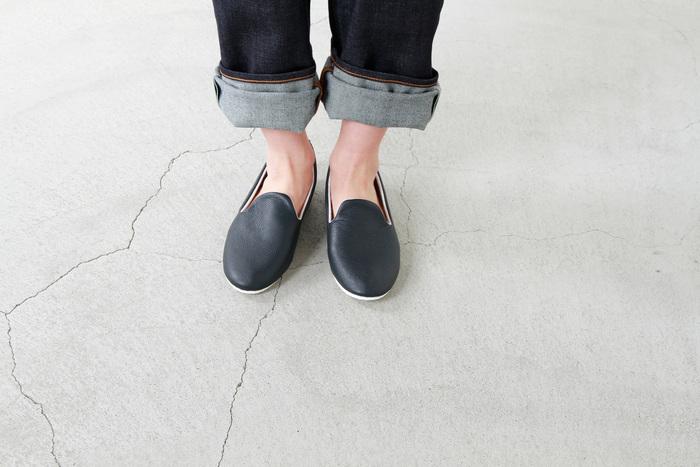 カジュアルになりがちなスリッポンですが、レザー素材なら大人っぽく、きれいめコーデにも◎。夏は素足で、冬はタイツを合わせて…と、オールシーズンお使いいただけます。 つま先に向かうほど、細くすっきりとした印象に。かかとを踏んでも履けるデザインです。