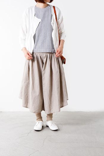 ベージュやグレージュ、ホワイトを基調としたコーデには、足元も同系色でまとめるのがおすすめ。ナチュラルテイストのお洋服にぴったりです。