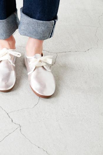 SPACE CRAFT(スペースクラフト)は、CLASSIC&MODERNをコンセプトに、トレンドと機能性を兼ねそなえたシューズを展開するブランドです。 シューレースのふんわりとしたリボンが可愛らしいシューズは、ダンスシューズを基に、箔加工を施した柔らかいゴートレザー(山羊革)で作られました。靴型を使用しないことで、独特のくったりとしたシルエットが生まれています。つま先にも踵にも芯を入れず、軽やかで足なじみの良い履き心地に。