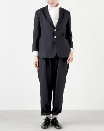 ブラックエナメルをパンツスーツに合わせて、マニッシュな着こなしに。スムースレザーだと地味になってしまうところも、エナメルなら垢抜けた印象。