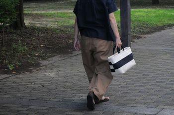 こちらはバッグ本体をしましまに!実はこれ、反対側はもう少しピッチが細めのボーダーなんです。ちょっとしたこだわりに気分もあがりますね♪