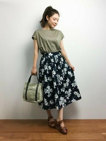 存在感のある花柄のミモレ丈スカートは同系色のカットソーや小物と合わせて、シックに。程よく広がった裾が、夏らしく軽やかな印象に♪