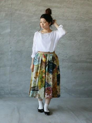 華やかな花柄のミモレ丈スカートは、柔らかな無地の白いブラウスと合わせて品のあるフェミニンコーデに。ふんわりとした素材同士で合わせることで、ドリーミーでかわいらしい雰囲気に♪ヘアスタイルもコンパクトにまとめれば、よりすっきりした印象に