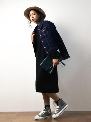 シンプルな黒のミモレ丈ワンピースの着こなしは無限大!さらりとGジャンを羽織れば、かっこいい大人カジュアルスタイルに。