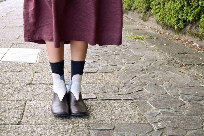 スカンジナビアは名前の通り、北欧を思わせるデザインの靴下。他にはない、丸みのある柄と色使いがとってもかわいい♡ 一見、個性的な柄ですが、実はどんなファッションにも合わせやすい万能柄です。