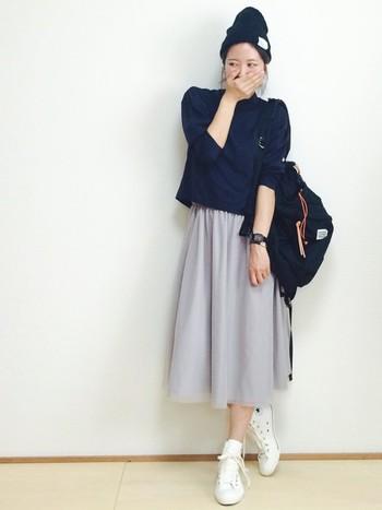 チュール素材のフェミニンなミモレ丈スカートは、実はニット帽との相性もバツグン!旬のスポーツMIXコーデが完成です。