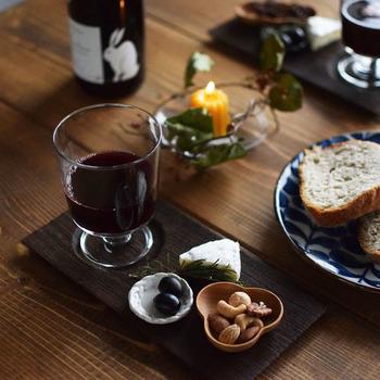 ワイングラスやおつまみをのせてアペリティフを楽しむのもお洒落ですよね♪
