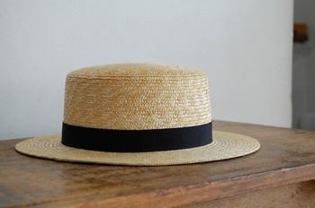 一般的なカンカン帽と呼ばれるものは、天井とつばが平らで、クラウン(帽子の山の部分)は円筒形になっているものをいいます。多くのカンカン帽にはクラウンの周りにリボン状の帯が付いており、この帯の色は黒が正式な色とされています。