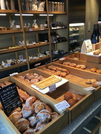 こちらのシェフは、東京・世田谷にある名店「シニフィアン シニフィエ」で修行された高崎さん。 低温長時間発酵させる製法で、小麦本来の旨味と甘みを引き出した存在感のあるパン生地で、ハード系のパンが人気。 素材で勝負した、潔くとても美味しいパンが並ぶ店内の様子。