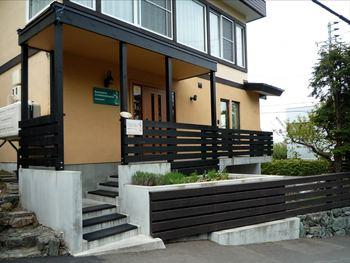 札幌の高級住宅地「宮の森」に佇むお店。 注意深く見ていないと一見、普通の住宅のような外観です。(入り口にある緑色の看板が目印!) こちらは、札幌を代表する人気のブーランジェリー。自家製酵母ルヴァン(天然酵母)を活かしたパンが人気で、食べログ札幌市内パン屋ランキングで第一位のお店です。