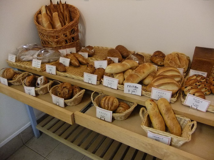 本場のパリ同様、迫力ある大きさのクロワッサンやヴィエノワズリーまで、ハード系も約30種類以上と種類も豊富。 素材を活かしたシンプルな味で、レベルの高い上品なパンが並びます。