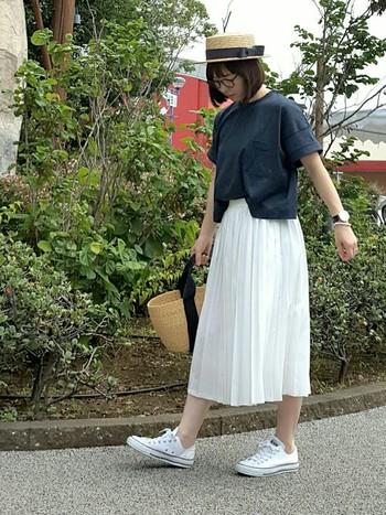 白のシフォン素材のプリーツスカートはレディなアイテム。ネイビーのゆるTシャツとスニーカー、カンカン帽を合わせた今年顔コーデはいかがでしょう?かごバッグを持つと、さらに夏らしさ全快★