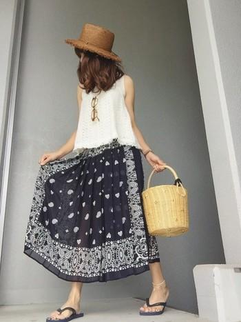 旬のバンダナ柄を大胆にスカートに使ったスカートで、たまにはこんな風に遊んでみても。ネイビー×ホワイト×ナチュラルカラーの3色コーデでバランスも良く、小物にも大人の女性の遊び心が出ている素敵なコーデですね♪