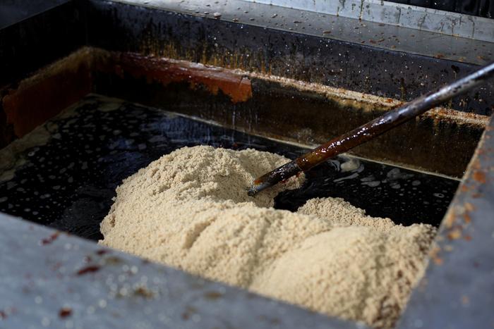 古くから沖縄産黒糖を生産・販売している「黒糖本舗垣乃花」が粗糖(原料糖)と黒糖、そしてサンゴカルシウムを特別な配合で合わせて出来たきび砂糖。沖縄名産サトウキビから作られるきび砂糖は、まろやかで優しい味が特徴です。お菓子作りはもちろん、煮物とも相性◎