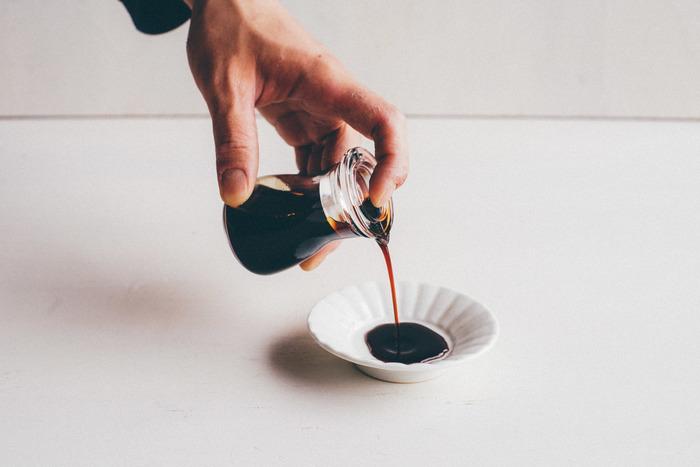 まずは「木村硝子店」のガラスの醤油差し。手のひらに収まる小振りのサイズがかわいらしいですね。小さいながらも醤油の切れ味は抜群!一度使うとクセになりますよ。フタを取り外して中まで洗えるので衛生的。また、液体調味料ならお醤油以外にも使えるので、いろいろと移し替えて使ってみてはいかがでしょうか。