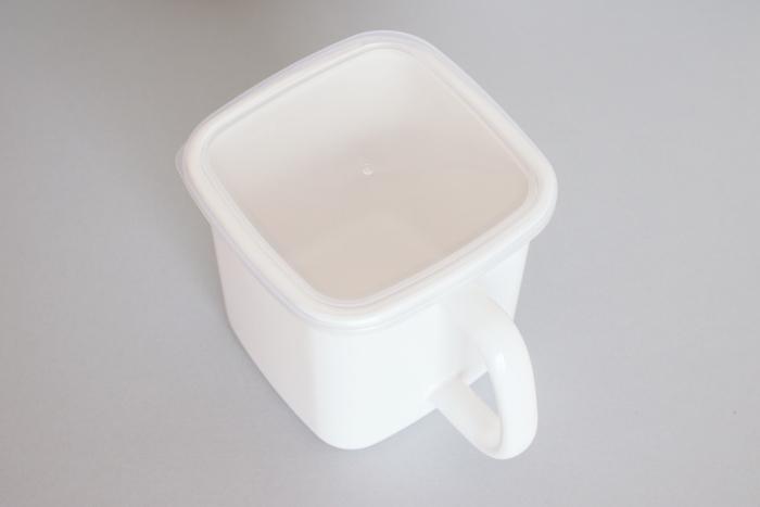 匂い移りが少ない琺瑯製品は、食材の保存にぴったり。Lサイズならちょうど味噌1kg分の保存が可能です。取っ手付きのタイプなら冷蔵庫からの出し入れも楽々♪透明のシール蓋付きなので残量もひと目で分かります。