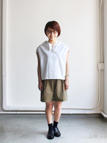 シンプルな白シャツとの組み合わせは、とてもチャレンジしやすいです。靴下を履くと露出部分が少なくなるので、更におすすめ◎