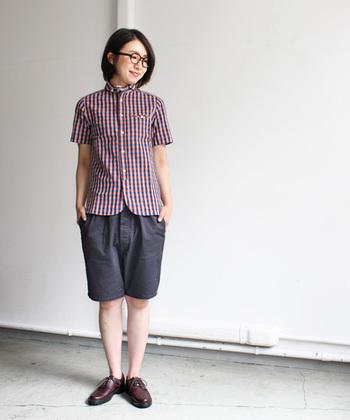 チャコールグレーのショートパンツを、チェック柄シャツと合わせて。濃いめグレーは、落ち着いた雰囲気を持っているので、きちんと感もプラスしてくれます。