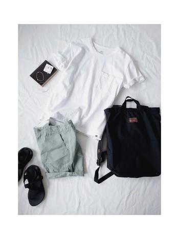 こちらもくすんだ淡いグリーンのショートパンツ。人気の白Tシャツ&スポサン・リュックなど…とことんカジュアルに着こなすのも良いですね。