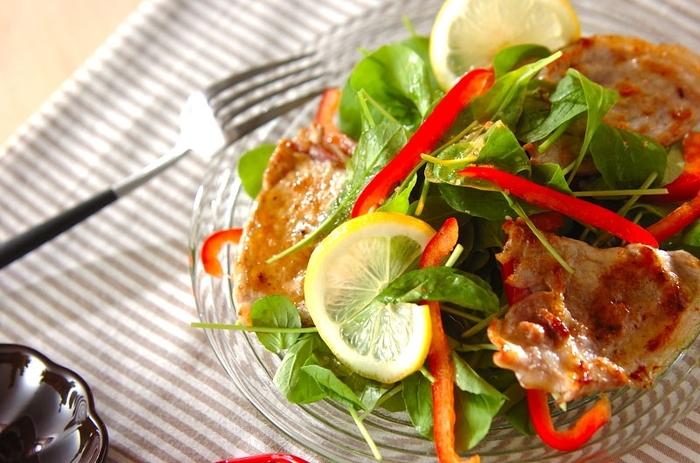"""サルティンボッカは""""口に飛び込む""""という意味。豚肉の間に生ハムをのせ小麦粉を振って焼いたサルティンボッカは、噛みしめるほどに味わいが増し、野菜の味を引き立てます。"""