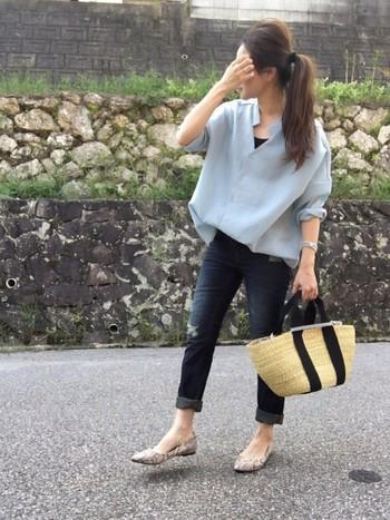 淡いブルーのビッグシャツはとってもさわやかですね。インナーとボトムスを暗い色にして、引き締め効果をプラス。パンプスを柄物にして、オシャレ度をアップさせましょう。