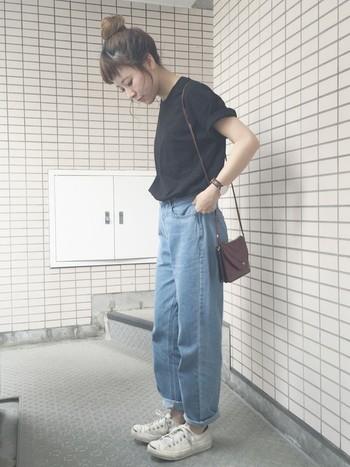 ビッグシルエットのTシャツも去年に引き続き人気です。大人っぽく着るよりカジュアル、かつシンプルに着るのが今年流でしょうか?タックインすれば太めのボトムスとの相性も抜群です。