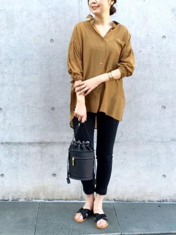 キャメル×黒で一気に大人っぽく。ビッグシルエットのシャツを着るときはなるべく小さめのバッグにすると華奢に見えます。足首も見せるとさらにいいですね。